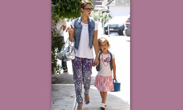 Jessica Alba: Βόλτα με την κόρη της και… ίδιο τζιν γιλέκο!