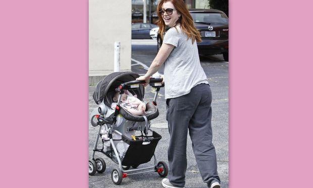 Alyson Hannigan: Βόλτα με την μόλις λίγων μηνών κορούλα της!