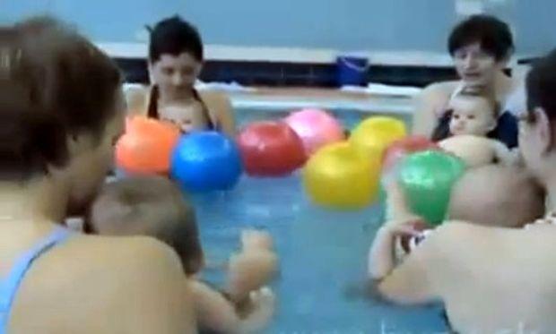Πότε μπορεί ένα μωρό να ξεκινήσει μαθήματα κολύμβησης; (video)