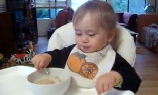 Βίντεο: Τρώει το φαγητό του χωρίς να πάρει ανάσα!