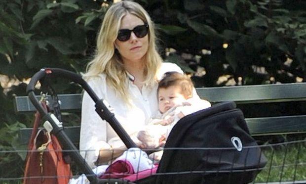 Sienna Miller: Με την κόρη της στο πάρκο!