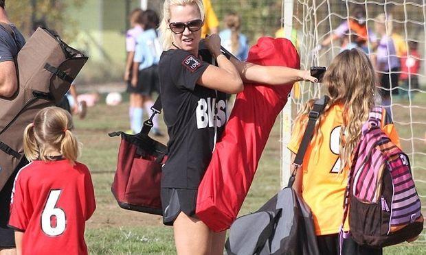 Η κόρη της Jennie Garth παίζει ποδόσφαιρο και η μαμά επευφημεί!