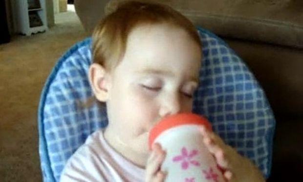 Βίντεο: Κοιμάται καθώς τρώει