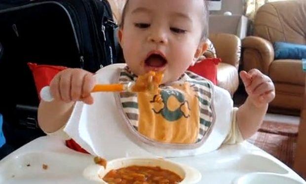 Βίντεο: Ο μικρός Ρομέο τρώει μόνος του το φαγητό του
