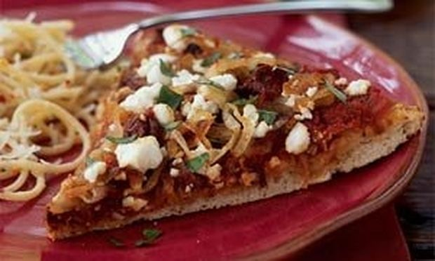 Πίτσα με καραμελωμένο κρεμμύδι και κατσικίσιο τυρί!