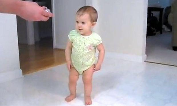 Είναι μόλις οκτώ μηνών και περπατάει!