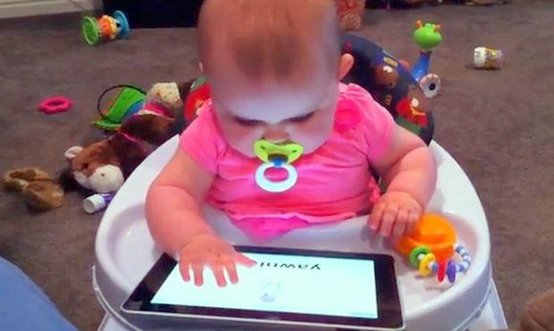 Είναι εννέα μηνών και παίζει το I pad στα δάχτυλα!