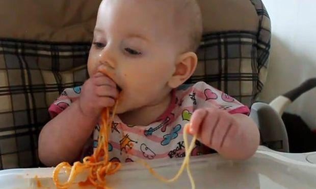 Βίντεο: «Μμμμ… λαχταριστά μακαρόνια»
