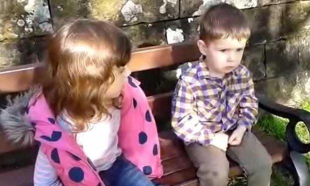 Όταν η… μεγάλη αδερφή δίνει συμβουλές στον αδερφό της (video)