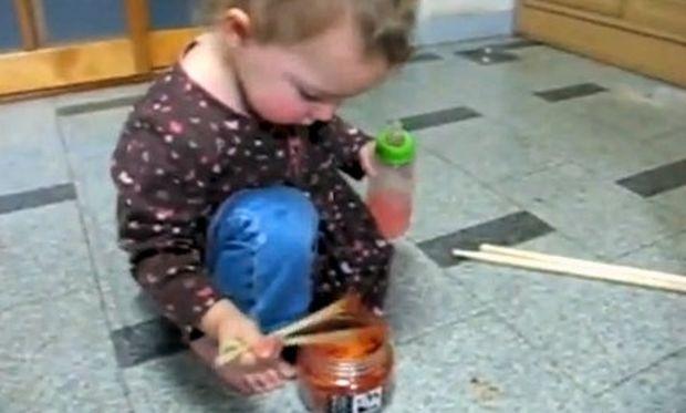 Βίντεο: Τρώει πικάντικο φαγητό με κινέζικα ξυλάκια