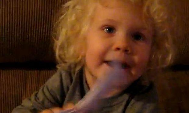 Βίντεο: H Έμιλυ λατρεύει την αλληλογραφία!