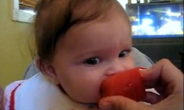 Βίντεο: Τρώει με μανία το καρπούζι!