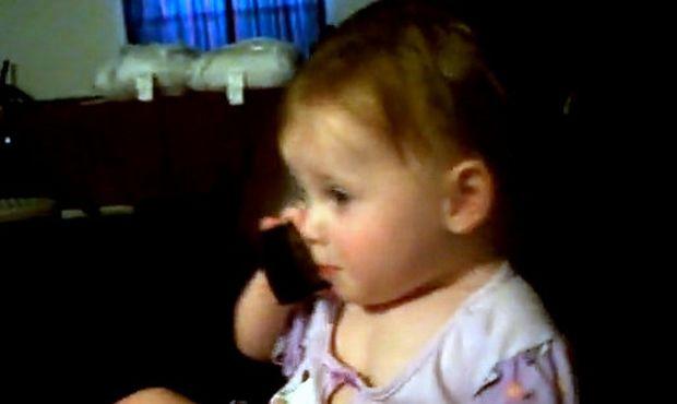 Βίντεο: Ακούστε τον γλυκό διάλογο μιας πιτσιρίκας με τον μπαμπά της στο τηλέφωνο!