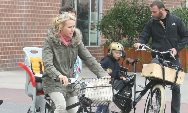 Naomi Watts: Κυριακάτικη ποδηλατάδα!