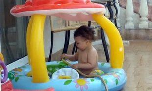 Βίντεο: Παίζει με τη μάνικα και το νερό!