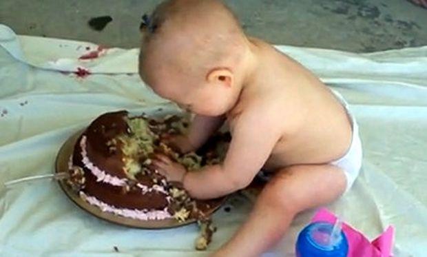 Βίντεο: Γιορτάζει τα πρώτα του γενέθλια και τρώει μόνο του την τούρτα του!