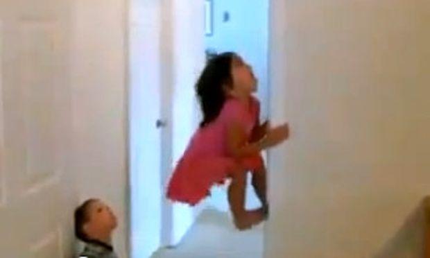 Βίντεο: Σκαρφαλώνουν σαν... spiderman σε τοίχο για να πάρουν την καραμέλα!