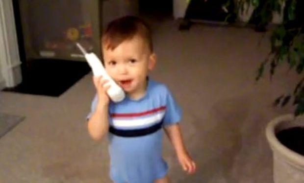 Βίντεο: Όταν ο μπόμπιρας μιμείται τη μαμά και τον μπαμπά!