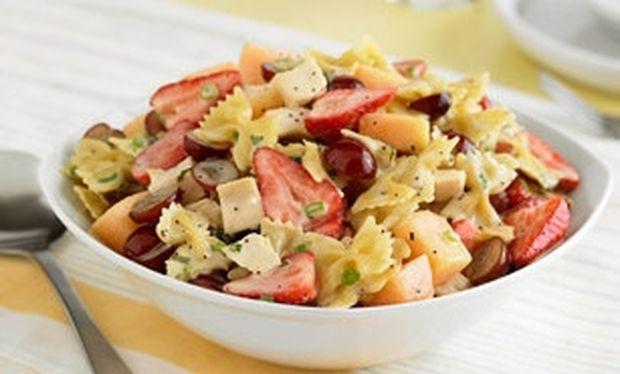 Ανάμεικτη σαλάτα με φρούτα και μακαρόνια