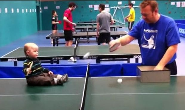 Βίντεο: Αυτό το μωρό είναι ο μελλοντικός πρωταθλητής στο πινγκ πονγκ!