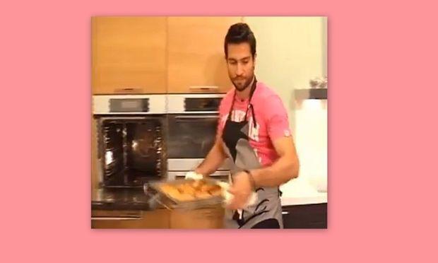 Ο σεφ Νικόλας Σακελλαρίου μαγειρεύει αφράτα μπιφτέκια από κοτόπουλο!
