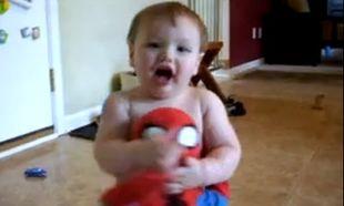 Βίντεο: Παίζει με τον spiderman του και το διασκεδάζει!