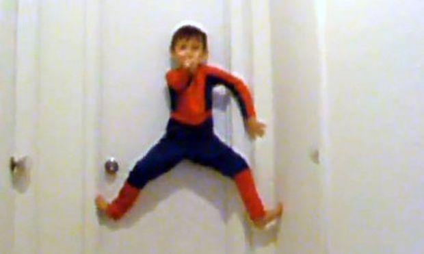 Βίντεο: Σκαρφαλώνει τοίχους στο σπίτι σαν τον... Spider man
