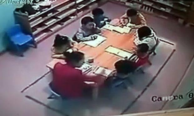 Σοκαριστικό Βίντεο: Δασκάλα χαστούκιζε επί μισή ώρα μικρά παιδάκια στο σχολείο!