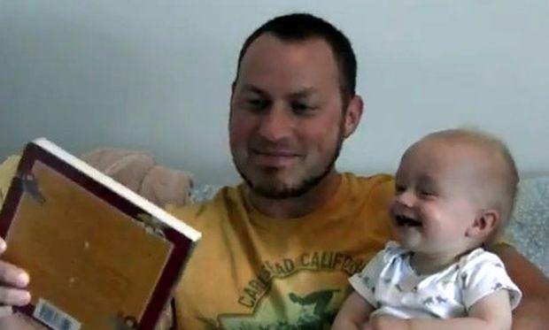 Βίντεο: Γελάει υστερικά όταν βλέπει βιβλίο να πέφτει κάτω!