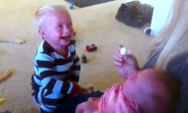 Βίντεο: Το νεογέννητο αδελφάκι του έχει πλαντάξει στο κλάμα και εκείνος γελάει υστερικά!