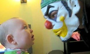 Βίντεο: Πώς αντιδρά ένα κοριτσάκι μπροστά σε μία μάσκα κλόουν!