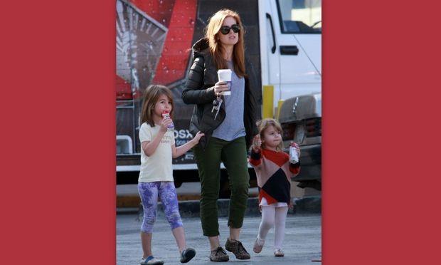 Isla Fisher: Βόλτα με τις κόρες της!