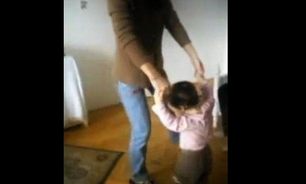 Βίντεο: Όταν η μαμά μαθαίνει στην κόρη να χορεύει Lambada!