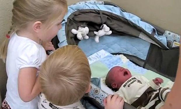 Η μεγάλη αδελφή τραγουδάει στον νεογέννητο αδελφό της τραγούδι και εκείνος σταματά το κλάμα!