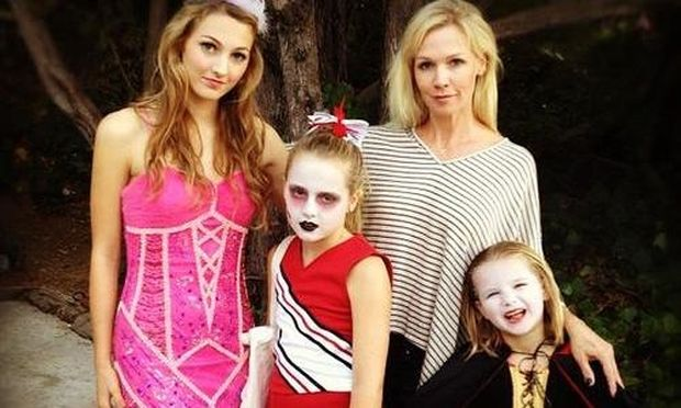 """Jennie Garth: Για """"trick or treating"""" με τις κόρες της"""