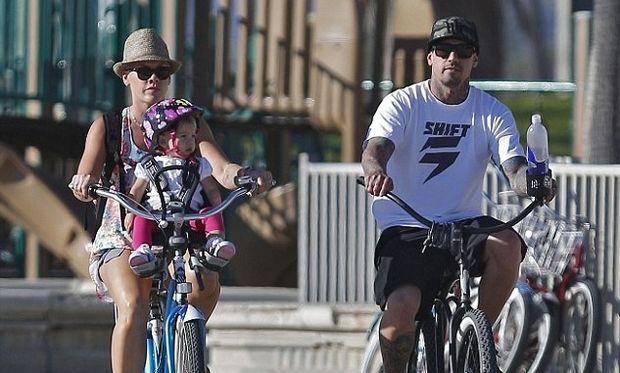 Η Pink δίνει μαθήματα ασφάλειας για παιδιά πάνω σε ποδήλατο!