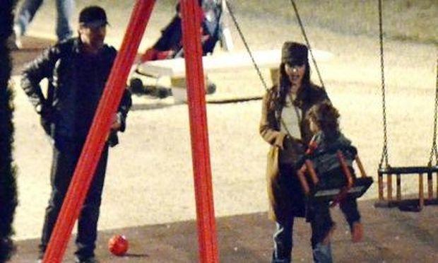 Penelope Cruz – Javier Bardem: Παίζοντας στην παιδική χαρά με το Leo