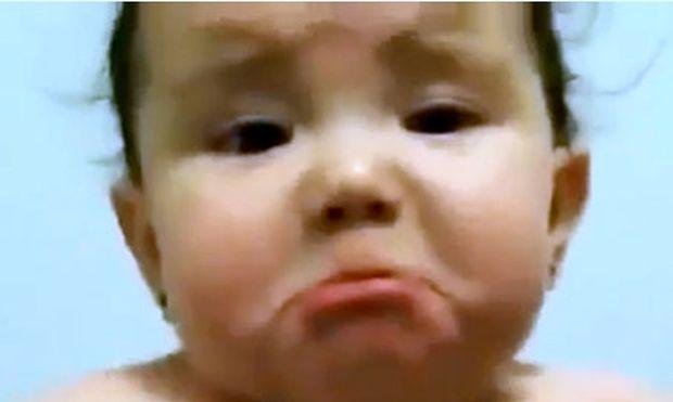 Βίντεο: Κλαίει επειδή ο πατέρας της γελάει… διαβολικά!