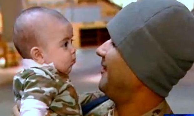 Συγκινητικό βίντεο: Αμερικανός στρατιώτης βλέπει για πρώτη φορά το γιο του!