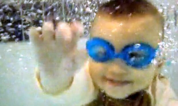 Βίντεο: Οι υδάτινες περιπέτειες ενός μπόμπιρα!