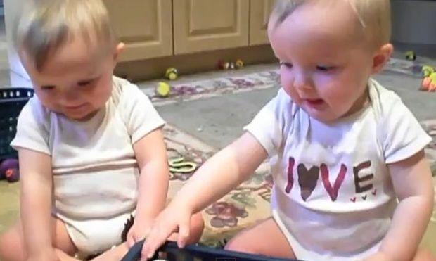 Βίντεο: Δίδυμα μιμούνται το φτέρνισμα του μπαμπά τους!