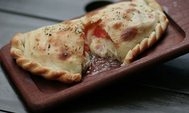 Υπέροχο calzone με τυρί κρέμα και σάλτσα ντομάτας!