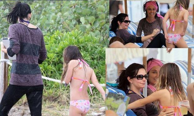 Courteney Cox: Με την κόρη της στην παραλία και η δυσάρεστη έκπληξη της βροχής
