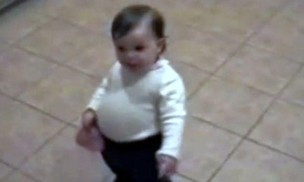 Βίντεο: Μιμείται την έγκυο μητέρα της!