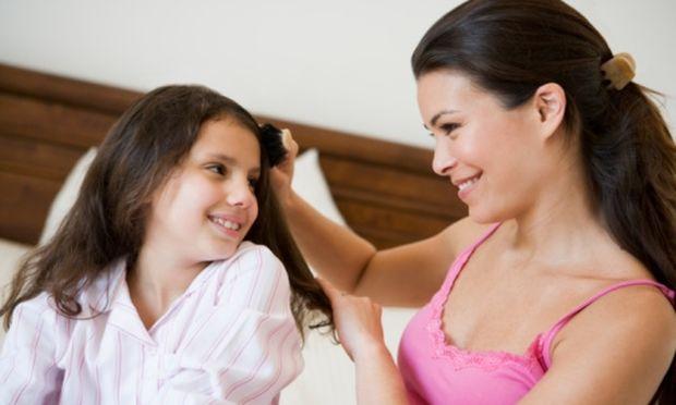 Κάθε μέρα παλεύω να ξεμπλέξω τα σγουρά μαλλιά της κόρης μου. Τι να κάνω;