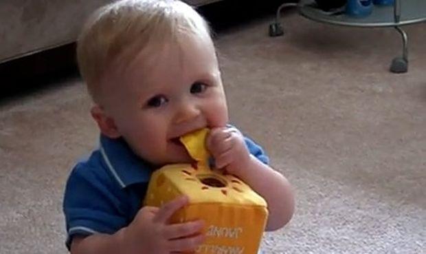 Βίντεο: Ο μικρούλης Rickey λέει τα πρώτα του λογάκια!
