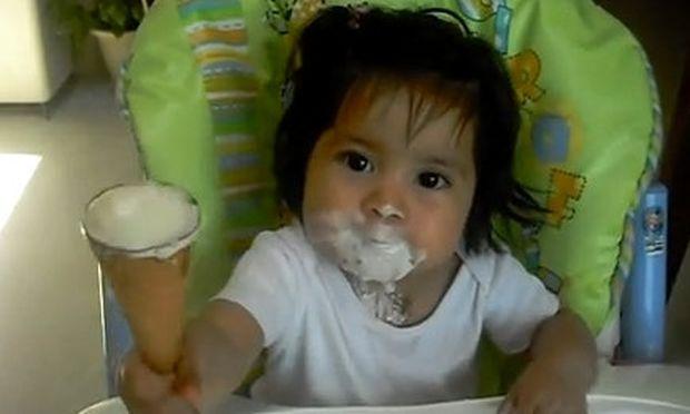 Βίντεο: Όλο το μουτράκι βανίλια παγωτό!