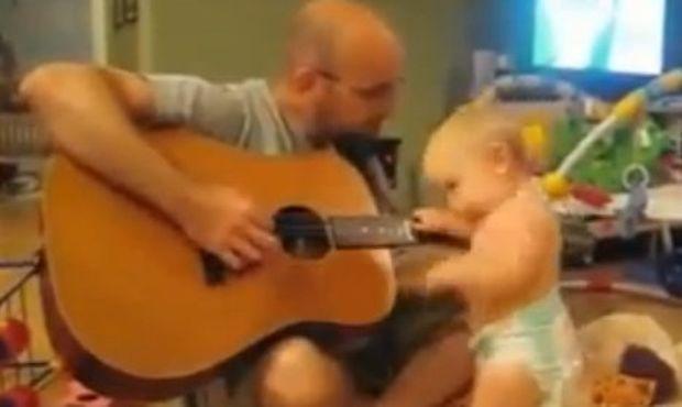 Βίντεο: «Μπορώ κι εγώ να παίξω κιθάρα μπαμπά!»