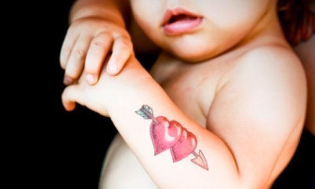 Έκανε τατουάζ σε μόλις ενός έτους κοριτσάκι!