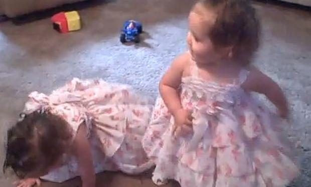 Δίδυμα κοριτσάκια χορεύουν στο πάρτι γενεθλίων τους!
